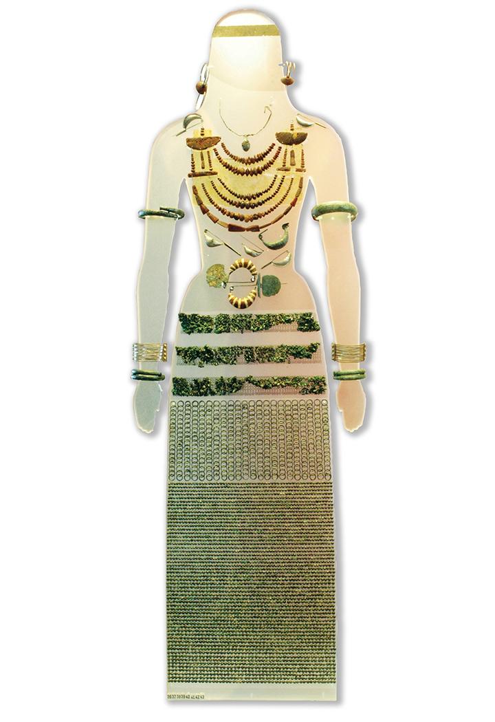 """Ricostruzione della parure ornamentale della tomba """"della principessa"""", ultimo quarto dell'VIII sec. a.C. (tomba 2465)"""
