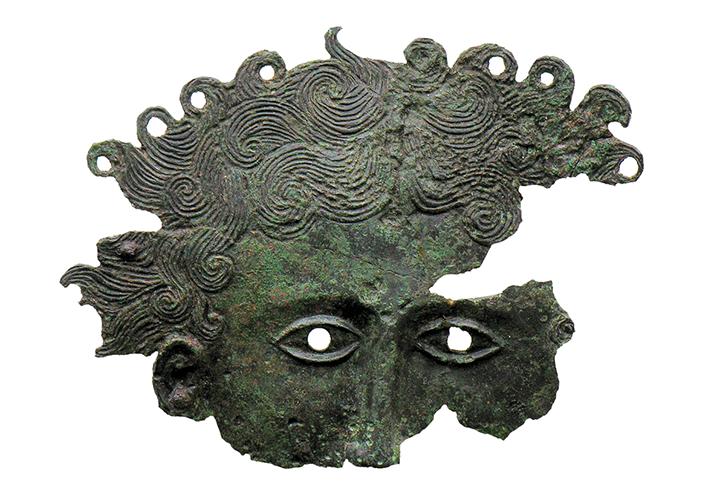 Applique in bronzo con testa di gorgone, metà del IV sec. a.C. (tomba 3711)